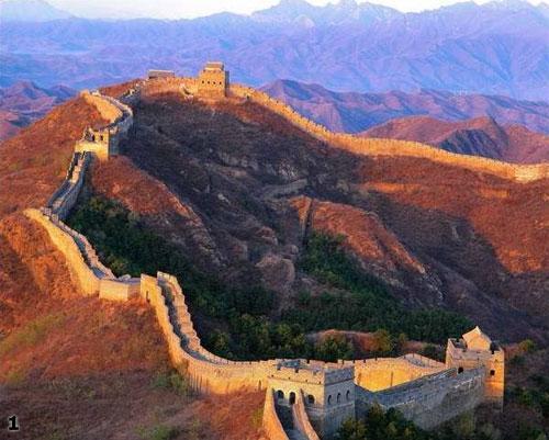 ...То что Великая Стена появилась именно в Китае -  неслучайно. «Застенчивость» китайцев, их любовь к большим и маленьким стенам бросаются в глаза при первом же знакомстве с Поднебесной. Любое госучреждение, компания стремятся первым делом возвести вокруг своей территории внушительную ограду и выставить охрану. Традиционное китайское жилище — «сыхэюань», что можно перевести как «двор о четырех углах», непременно обнесено глухой кирпичной или глинобитной стеной, стороны которой являются одновременно и стенами внутренних помещений.