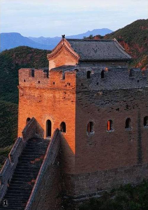 На особенно важных участках трудолюбивые китайцы не ограничивались постройкой одной Стены, в отдельных местах их количество достигало десяти. При постройке, основное внимание уделялось тому, чтобы каждая из башен Стены находилась в зоне видимости с двух соседних.