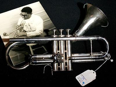 Труба Диззи Гиллеспи Цена: $31 000 Трубач-виртуоз Диззи Гиллеспи умер в 1993 году в возрасте 75 лет, но за его долгую жизнь у него было всего несколько любимых труб. Одна из них была продана в 2005 году все на том же знаменитом джазовом аукционе Guernsey`s в Нью-Йорке за сумму, ставшую рекордной для десятилетия.