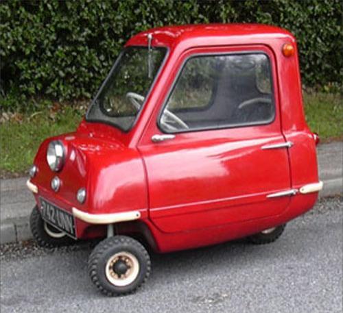 Самые маленькие в мире трехколесные автомобили - одноместный Peel P50 и...