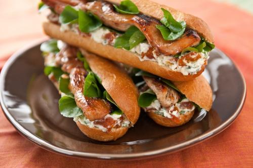 Олений хот-дог Это блюдо изобретено на Аляске. Очень популярно в период проведения гонок на собачьих упряжках.