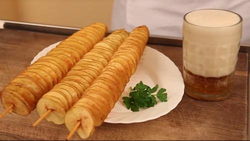 Спиральные чипсыСпиральные чипсы на палочке – это относительно новая интерпретация популярного продукта из картошки, они готовятся из свежей картошки непосредственно на глазах у покупателей, посыпаются солью и приправами, а иногда дополняются жареной сосиской.