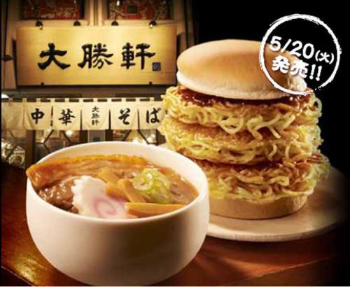 Бургер с лапшой и рисом Ох уж эти японцы. Так один из ресторанов быстрого питания переделал американский бургер на свой мотив. Кроме булок бургер состоит из лапши рамэн, латука, белого риса и тофу. Подают его с супом и картошкой фри.
