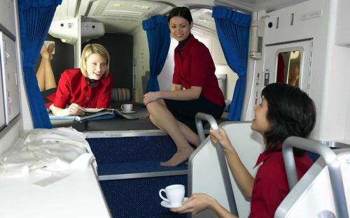 Именно для этого на борту дальнемагистральных авиалайнеров Boeing 777 и 787 имеется так называемая «тайная комната», в которой бортпроводники и пилоты могут отдохнуть и вздремнуть, порой даже с большим комфортом, чем пассажиры бизнес-класса.