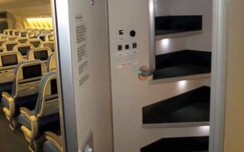 Лестница в тайную комнату сразу за дверью служебного помещения.