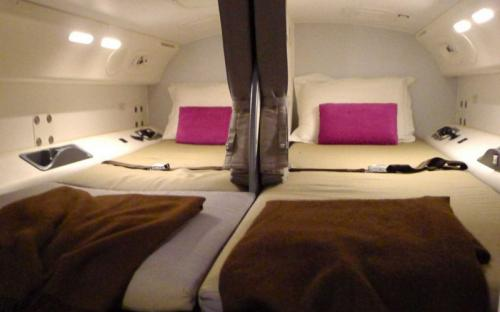Спальня экипажа на борту Boeing 787.
