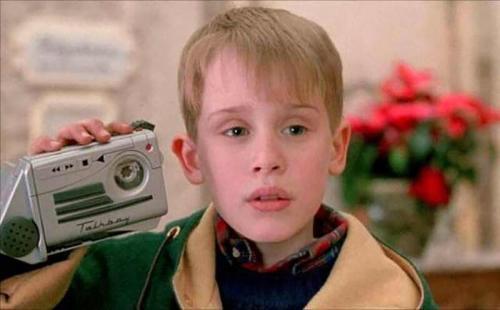 «Один дома II»Диктофон «Talkboy» был специально создан для фильма .Как бы многие не мечтали о таком девайсе, в фильме использовалась неработающая пластиковая коробка. Но спустя некоторое время благодаря настойчивости фанатов такой диктофон действительно появился на полках магазинов.