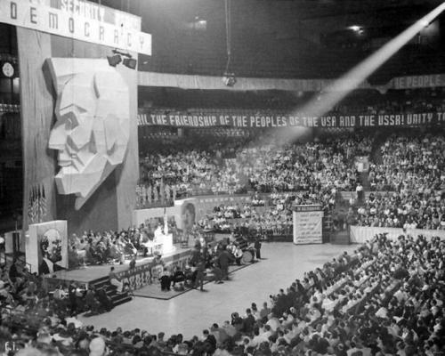 ХХ сьезд КП США. Чикаго, 1939 год. Над трибуной портрет Линкольна. По бокам - до боли знакомые лица...