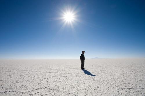 Солончак Уюни, Боливия На плато Альтиплано в Андах, на высоте 3653 метров над уровнем моря, можно увидеть необычный белоснежный пейзаж — это солончак Уюни. Когда-то здесь было соленое озеро, теперь это просто соляная пустыня. Уюни вместе с озерами Титикака и Поопо — это то, что осталось от озера Балливиан из времен плейстоцена. Это место в Боливии площадью в 10 582 квадратных километра является одним из самых плоских мест на Земле.