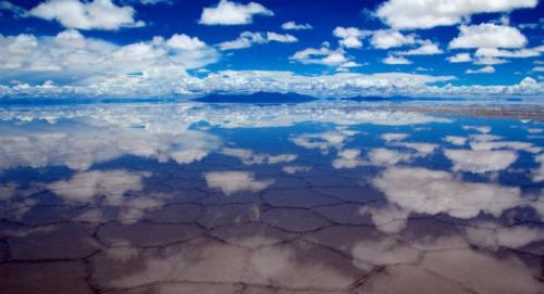 Особенно ослепителен солончак Уюни во время сезона дождей — с ноября по март — тогда его поверхность напоминает гигантское зеркало.