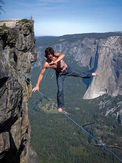 Эквилибрист Дин Поттер (Dean Potter) над пропастью Тафт-Поинт в Йосемитском национальном парке, США.