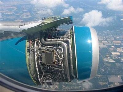 Обшивка самолетного двигателя оторвалась во время перелета из Атланты в Орландо, США, 13 июля 2004 года.