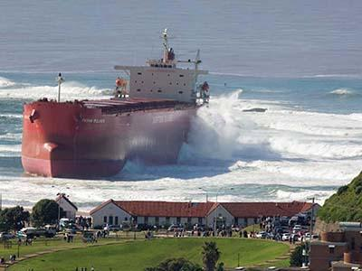 В 2007 году судно Pasha Bulker село на мель на пляже Ньюкасла, Австралия, и в один миг стало местом паломничества огромного количества туристов.