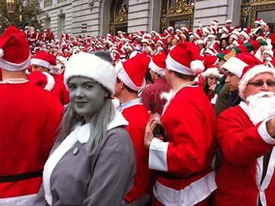 Черно-белый Санта появился на цветном снимке 2009 года благодаря хорошему гриму и правильно подобранному костюму.