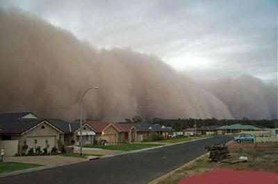 Песчаная буря, срывающая крыши домов в южной части Австралии в ноябре 2002 года.