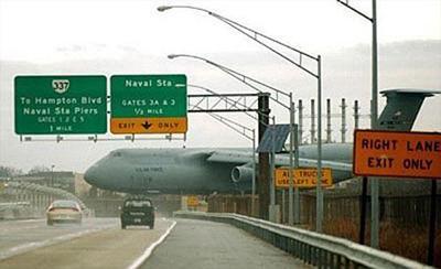 Большой военный транспортный самолет действительно припарковался поперек автострады. Из-за недостаточной видимости пилот не смог вовремя остановиться и, пролетев насквозь взлетно-посадочную полосу, выскочил на шоссе.