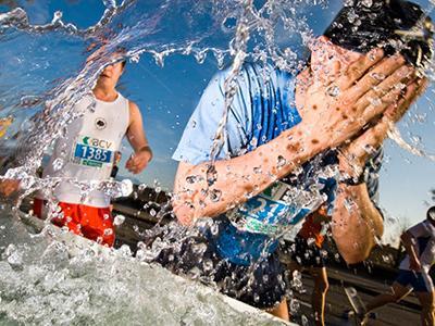 Бегун освежается водой во время 20-километрового марафона в Лаусанне, Швейцария, лето 2008 года.