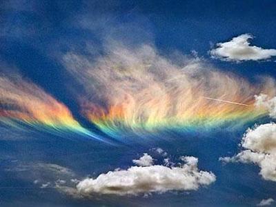 Огненная радуга - один из самых редких атмосферных феноменов, который можно наблюдать лишь при совпадении определенных погодных условий. Снимок сделан на границе штатов Айдахо и Вашингтон, США.