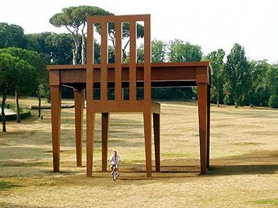 Гигантская скульптура под названием «Писатель» находится на северной окраине Лондона, Великобритания. Своим творением итальянский художник Джанкарло Нери (Giancarlo Neri) хотел подчеркнуть неизбежность одиночества всякого сочинителя.
