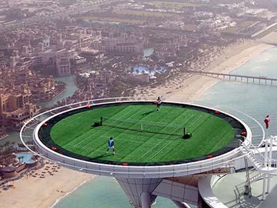 22 февраля 2005 года на вершине отеля Бурдж аль-Араб в Дубае, ОАЭ, состоялся матч между Роджером Федерером (Roger Federer) и Андре Агасси (Andre Agassi). Точная высота, на которой расположен теннисный корт, неизвестна. Высота небоскреба - 321 метр.