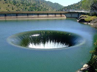 Дыра диаметром 20 метров, в которую сливается вода озера Берресса, Калифорния, США.