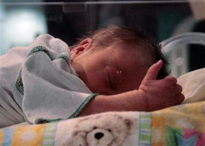 Врачи Техасского центра фетальной хирургии плода (Texas Children's Fetal Center) (США) вскрыли утробу матери и наполовину извлекли плод, чтобы удалить опухоль. Операция была произведена очень быстро, после чего плод был помещен обратно. Ребенок выжил и следующие 10 недель беременности Кери прошли без осложнений.