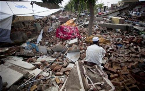 Жертва землетрясения провела 27 дней под заваламиХалид Хуссейн (Khaleed Hussain) - 20 летний сельскохозяйственный рабочий был заживо погребен под обломками своего дома в результате землетрясения, произошедшего 8 октября 2005 года. Деревянные и кирпичные обломки зажали его в очень неудобной позе, немного могли двигаться только руки. Обе руки продолжали совершать непроизвольные копательные движения даже после его спасения, что дает возможность понять, какой ужас пережил похороненный живым человек. Халид был случайно обнаружен только 10 ноября, то есть спустя почти месяц после землетрясения. Его правая нога была сломана в нескольких местах.