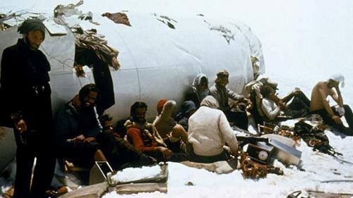 Остающиеся в живых люди были вынуждены есть мясо умерших, оно хорошо сохранялось на морозе. Переиграть смерть удалось лишь 16 пассажирам, остальные погибли от голода и снежной лавины.