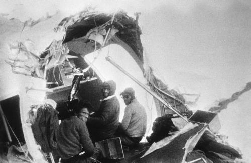 """Пассажиры самолета, прожившие в зимних горах 72 дня после его крушенияРейс 571 Уругвайских авиалиний (известный также как """"Чудо в Андах"""" и """"Катастрофа в Андах"""") разбился в Андах 13 октября 1972 года. На борту находилось 45 человек, среди них игроки команды по регби, их семьи и друзья. 10 человек погибли сразу, остальным пришлось 72 дня выживать в горах практически без пищи и теплой одежды."""