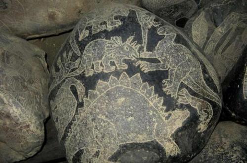 1. Камни Ики Камни Ики доколумбового периода – это самый страшный кошмар археолога. Они будоражат научное сообщество с тех пор, как их откопали в Перу в середине 20 века. Это изумительный калейдоскоп динозавров, сосуществующих с людьми и современными технологиями. Может быть мы «проглядели» десятки миллионов лет человеческой истории? Почему на этих камнях изображены сложные операции и даже люди, смотрящие в телескоп?
