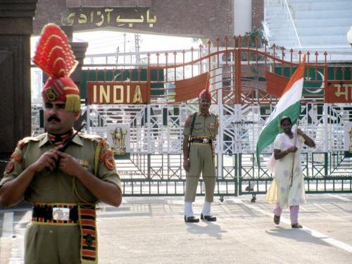 7. Противостояние Индии и Пакистана Индия и Пакистан находятся в состоянии затяжного конфликта с 1940-х годов и регулярно устраивают стычки на границе, однако на пороге настоящей полномасштабной войны, причем с применением ядерного оружия, они стояли лишь однажды. Случилось это после того, как 1 октября 2001 года пакистанские террористы совершили атаку на индийский парламент, убив десятки людей и еще больше ранив. Учитывая, что лишь за два года до этого на границе закончилась очередная война, правительство Индии недолго думая поставило под ружье миллион солдат.  В ответ на это Пакистан также провел всеобщую мобилизацию. Силы были стянуты к границе, но до полномасштабной войны дело так и не дошло — обе стороны хорошо понимали, что начаться она может с ружейного выстрела, а закончится ядерными ударами. В результате, простояв на границе в течение 10 месяцев, стороны разошлись с миром. Однако глобально в отношениях двух стран ничего не изменилось.