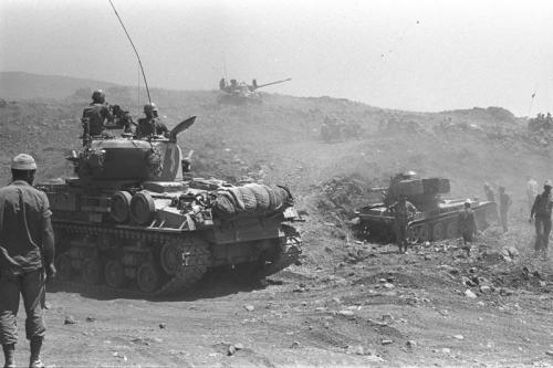 4. СССР почти захватил Израиль (дважды) СССР всегда имел свои интересы на Ближнем Востоке, и проявлялось это по-разному, в том числе и в намерениях военного вторжения в… Израиль. Ряд историков утверждает, что во время «Шестидневной войны», которая прошла с 5 по 10 июня 1967 года, СССР готовил полномасштабное вторжение в Израиль с целью захвата или уничтожения его ядерных арсеналов.  Более того, считается, что СССР был «дирижером» конфликта, надеясь, что Израиль не сможет воевать на два фронта. Планы спутала стремительная победа израильских войск — никто не верил в то, что война продлится всего несколько дней.  Второй раз СССР угрожал начать вторжение в Израиль в 1973 году во время Войны Судного дня и даже вполне официально привел в повышенную боеготовность семь дивизий ВДВ. В США — главном союзнике Израиля — в ответ объявили тревогу в ядерных войсках, но Израиль не стал испытывать судьбу и остановил ставшее к тому моменту победоносным наступление на арабские позиции.