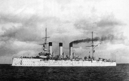 10. Гулльский инцидент Экспедиция Второй Тихоокеанской эскадры, бесславно погибшей в русско-японской войне 1905 года, была «проклята» с самого начала. Едва выйдя из Балтийского моря, она спровоцировала серьезный кризис с Великобританией — в результате паранойи российских моряков и путаницы в коммуникациях были расстреляны несколько британских рыболовецких кораблей.  Одно судно было утоплено, два моряка погибли. В Великобритании это вызвало ярость, и дело дошло до того, что британский флот блокировал россиян в испанском порту и настоял на проведении полномасштабного расследования. От войны с Англией Россию спасли 65 тыс. фунтов стерлингов и извинения, принесенные на самом высоком уровне.