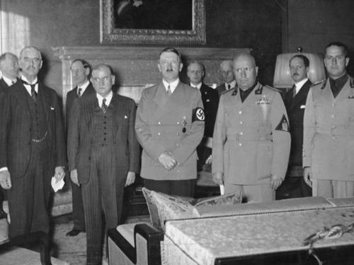9. Операция Fall Grün Вторая мировая война могла бы начаться на год раньше — и тогда же и закончиться, если бы Гитлер настоял на реализации своего плана по захвату Чехословакии под названием Fall Grün. Начало операции было назначено на 28 сентября 1938 года, однако в Германии многие были против этого, так как тогдашние союзники Чехословакии — Франция и Великобритания — давали ясно понять, что немедленно вступят в войну. В Берлине даже всерьез рассматривали вариант ареста Гитлера в том случае, если он единолично отдаст приказ о начале операции.  Окончательно крест на операции поставила Мюнхенская конференция, а Франция и Великобритания внезапно потеряли интерес к Чехословакии, которая, передав Судетскую область Германии, в одночасье лишилась всех своих укреплений. В итоге вторжение в Чехословакию случилось 15 марта 1939 года, было почти бескровным и миром осталось «незамеченным», что, несомненно, придало уверенности Гитлеру. Остальное — уже история. Настоящая.