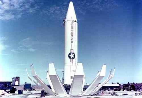1. Карибский кризис Карибский кризис, безусловно, является самым известным в современной истории случаем, когда две сверхдержавы — США и СССР — стояли на пороге ядерной войны. Спровоцировали его действия США, которые разместили в Турции ракеты, способные донести ядерные боеголовки до западной части СССР. В ответ СССР разместил свои ракеты на Кубе, США ввели блокаду, были сбиты самолеты-разведчики, и пошло-поехало.  В результате разразился кризис, который вполне мог бы закончиться вторжением США на Кубу и, возможно, ударом СССР по американцам. Спасли ситуацию усилия советских дипломатов в Вашингтоне и холодная голова тогдашнего президента США Джона Кеннеди, который не пошел на поводу у «ястребов» из Пентагона.