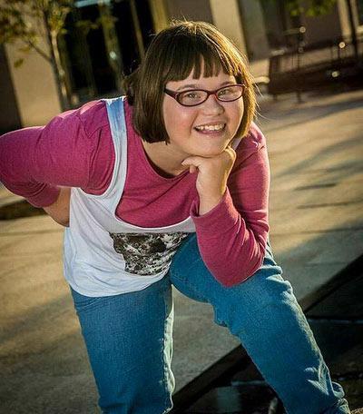 Затем Кэрри стала размещать в социальной сети свои фотографии в одежде молодежного брэнда, и ее знакомые обратились в компанию Wet Seal с просьбой сделать девочку лицом торговой марки.