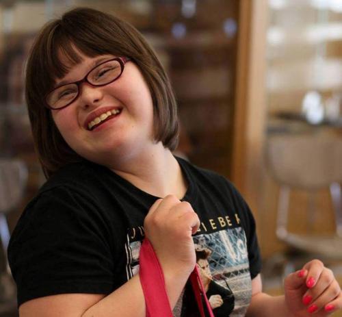 Кэрри БраунНекоторое время назад мама Кэрри обнаружила, что марка молодежной одежды Wet Seal стала выпускать вещи больших размеров. Кэрри их примерила и сообщила у себя на странице Фейсбук, что одежда идеально сидит на людях с синдромом Дауна.