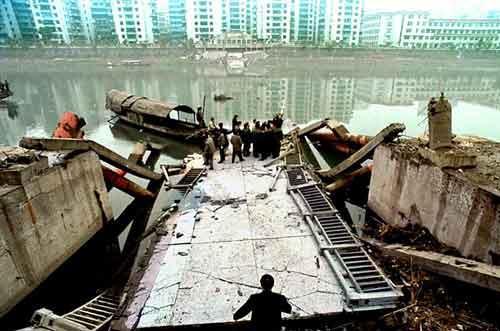 4 января, 1999 года. Мост Рэйнбоу(Китай). Погибло: 49 человек...
