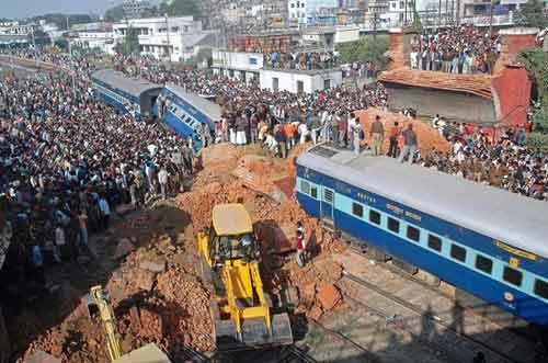 2 декабря, 2006 года. Мост в городе Bihar(Индия). Погибло: 33 человека...