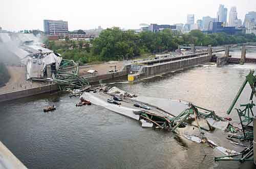 2 августа, 2007 года. Миннеаполис(США).До сих пор, продолжаются спасательные работы...