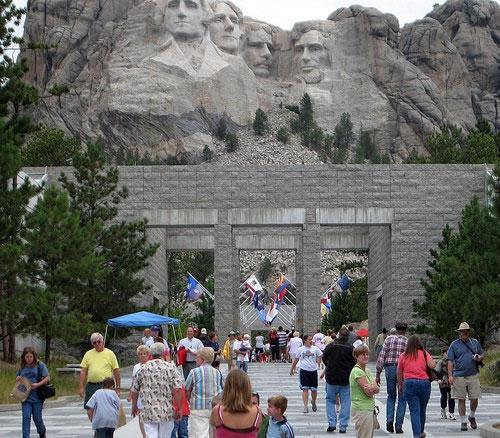"""К середине 1925 года Борглум и его соратники добились разрешения на создание скульптур в Национальном парке, штат выделил деньги на постройку дороги для привлечения туристов, и в октябре того же года был заложен """"первый камень"""". Церемония привлекла грандиозные толпы народа. Оставалось самое главное - найти столь же грандиозные средства…"""