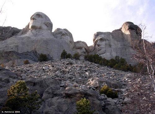 В августе 1924 года скульптор Гатсун Борглум получил письмо от историка из Южной Дакоты Дуна Робинсона. В письме говорилось, что в Черных горах есть несколько скал, именуемых Иглами, и что неплохо было бы увековечить на этих скалах Льюиса и Кларка, индейского вождя Красное облако, и еще нескольких местных героев…