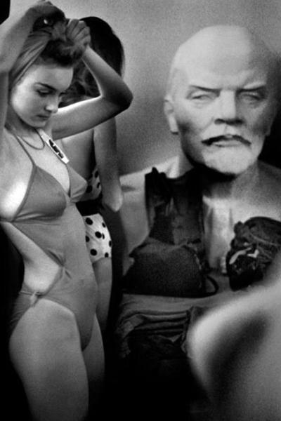 «По сути, это была лотерея чистой воды. Вертинская тогда сказала, что она отказывается от выбора первой красавицы Москвы - пусть лучше ее вообще не будет. Чего мы, конечно, допустить не могли. Так эдаким Юрием Гагариным и стала Маша Калинина - красивая девушка с русским именем и фамилией».