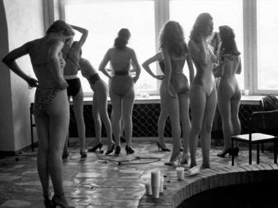 «По каким параметрам отбирать красавиц? Этого мы не знали, - вспоминает журналистка Марина Парусникова, член оргкомитета, - Решили наконец, что участницами могут быть и замужние женщины, и иногородние.... Название «Мисс Москва» отвергли сразу и остановились на более общем: «Московская красавица».