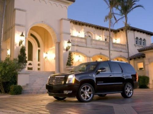 6. Cadillac Escalade Премиальный Cadillac Escalade также снискал славу и признание у национальных и расовых криминальных группировок США. Но такую машину выбирали главным образом те, кто вышел из обеспеченных семей или уже добился высокого статуса. Кроме того, Cadillac Escalade любят представители небезызвестной