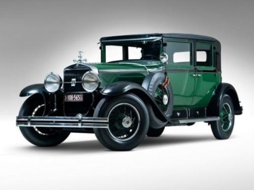 2. Cadillac V8 Town SedanЕще один легендарный автомобиль той эпохи. Кстати, Cadillac V8 Town Sedan - это любимая машина наводившего ужас на все Чикаго Аль Капоне. Его личный автомобиль был немного