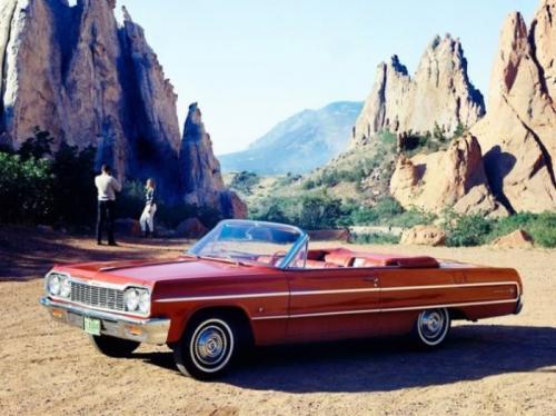 5. Chevrolet ImpalaСедан от 1964 года снискал популярность у разных слоев общества США. Спустя 10 лет машина смогла получить вторую жизнь благодаря национальным и расовым бандами. Особой популярностью Chevrolet Impala пользовалась у темнокожих и латиноамериканских гангстеров. Кстати, они также любили переделывать и тюнинговать эту машину в соответствии со своими запросами и представлениями о