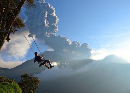 Конец светаКачели у подножия извергающегося вулкана Тунгурауа в городе Баньос, Эквадор. Спустя несколько минут мы были вынуждены покинуть район из-за приближающегося облака из пепла.