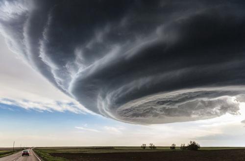 День независимостиГрозовое облако над Джулсбургом, штат Колорадо. Несмотря на то что буря выглядит как торнадо, в таком состоянии она продержалась около часа, но торнадо так и не стала. Название фотографии отсылает к голливудскому блокбастеру «День независимости», снятому в 1996 году.