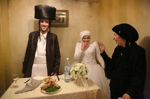 В первый разРайон Иерусалима Меа Шеарим населяют ортодоксальные общины. Молодожены Аарон и Ривкех после свадебной церемонии в первый раз останутся наедине. Их брак устроили семьи. 18-летние жених и невеста подтвердили согласие после единственной встречи. С тех пор им нельзя было видеться и общаться до самого дня свадьбы.